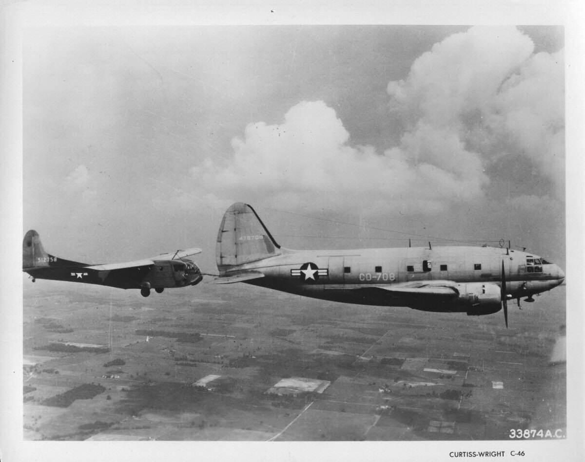usaf c 46 01 - Un C-46 tracte un planeur