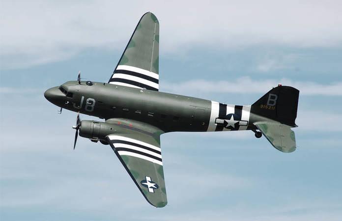 Un C-47 Skytrain volant de nos jours au Cotswold Air Show. Pendant la guerre, il était sur la base de Upottery (Devon, Angleterre) et a participé au débarquement de Normandie