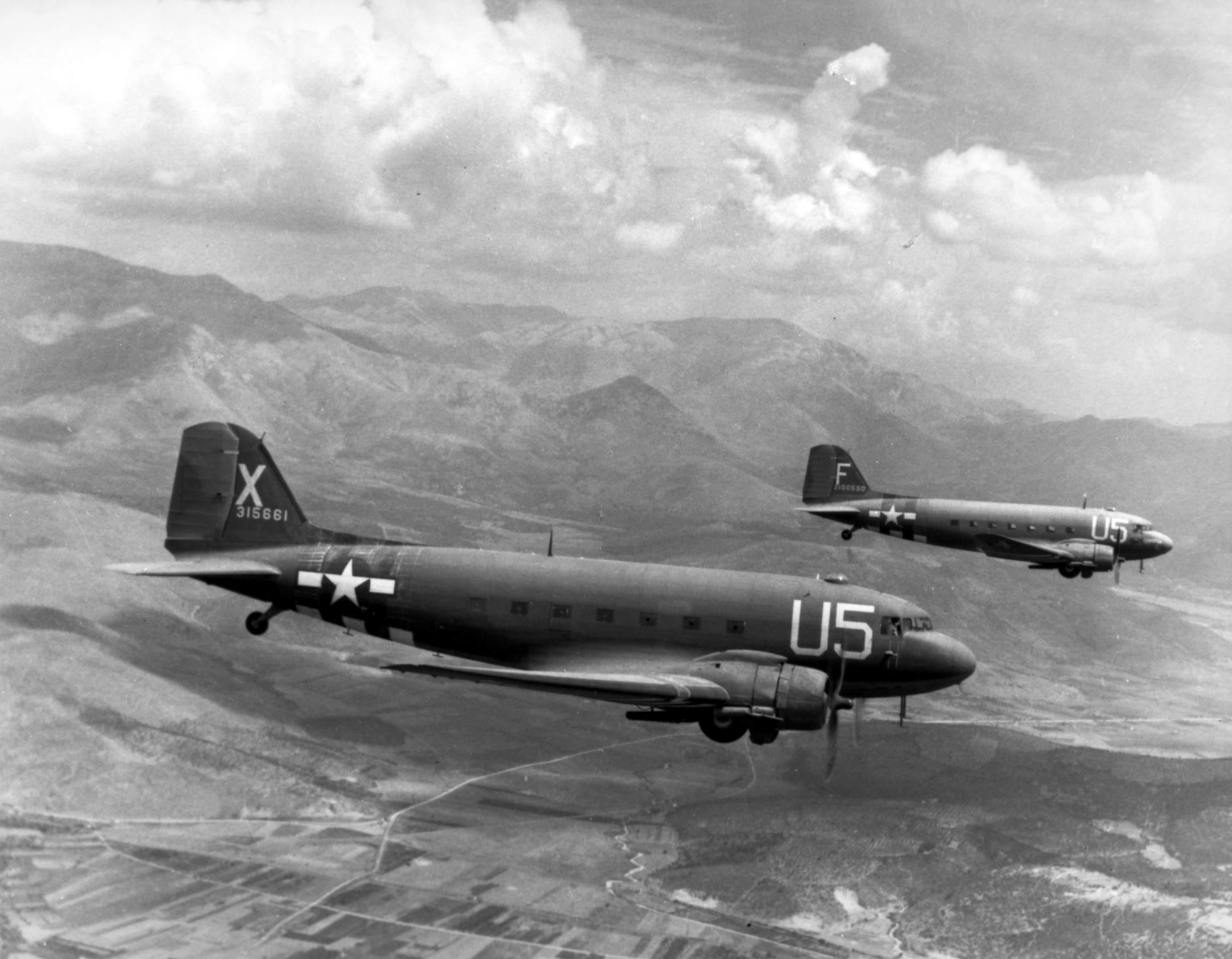 Two USAAF C 47A Skytrains - Deux C-47 du 12th Troop Carrier Wing chargés de parachutistes en route pour l'invasion du sud de la France (Operation Dragoon). Photo prise le 15 Août 1944.
