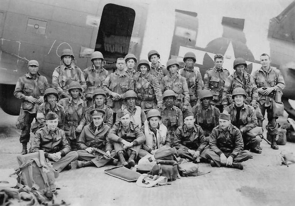 US Army Pathfinders June 1944 - Equipage d'un C-47 et des éclaireurs juste avant leur embarquement pour le DDay