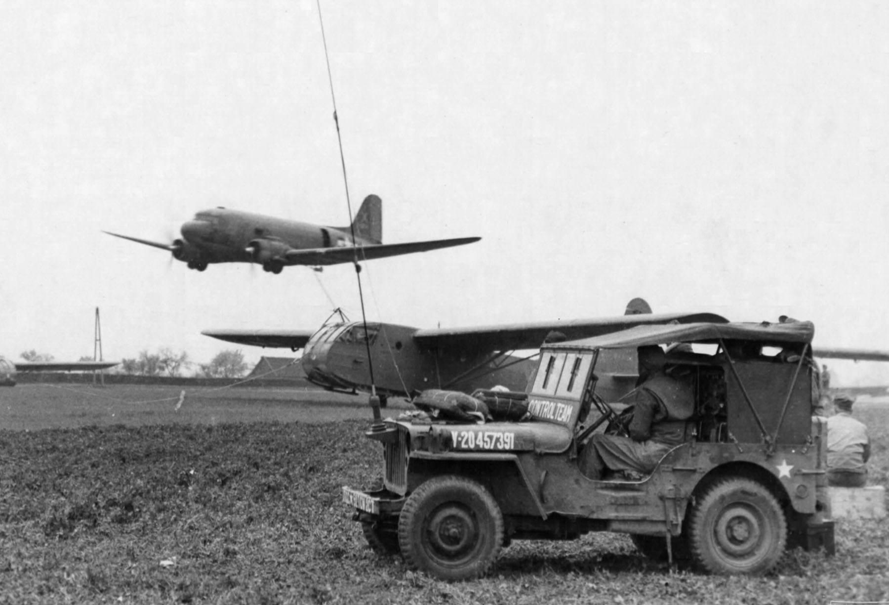vehicle jeep63 - Un C-47 avec le cable de tractage rabaissé. Il tracte un Glider CG-4.