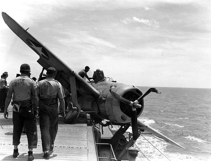 F2A 3 VMF 211 CVE 1 badlanding1 Jul1942 - Un F2A-3 ayant eu un problème de train d'atterissage sur le USS Long Island (AVG-1). Par chance, il s'est arrêté sur le pont. Photo prise au large des Palmyra Island, le 25 juillet 1942