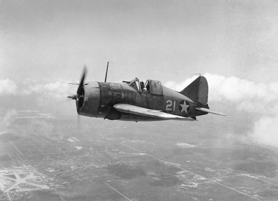 U.S. Navy Brewster F2A 3 fighter - Un Brewster F2A-3 Buffalo en vol le 2 août 1942
