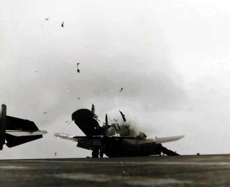 F4UCrash1 - Triste image d'un appareil crashé sur un porte avion. Bien que très résistants, cet appareil revenait souvent endommagé et/ou avec le train d'atterrissage bloqué (fréquent sur le F4U Corsair)