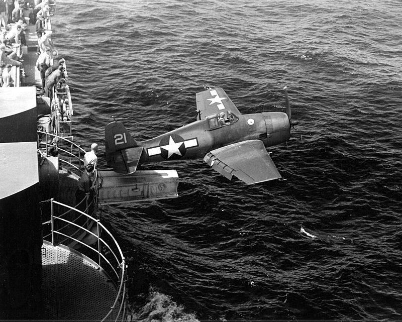 800px F6F Hangar cat USS Hornet CV 12 NAN2 54 - Un F6F décolle grâce à la catapulte de l' USS Hornet (CV-12), le 25 février 1944.