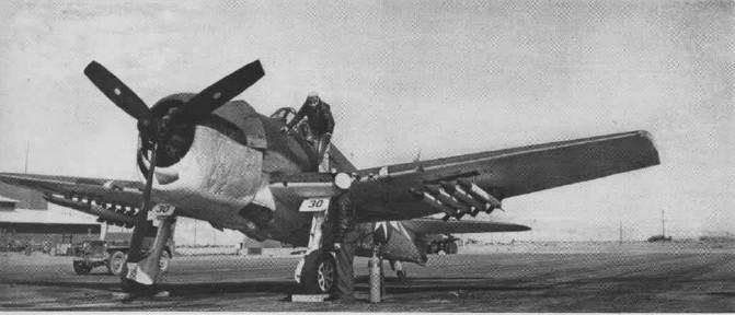 F6F 5 HVAR NOTS NAN4 2 45 - Un F6F-5 Hellcat armé de roquettes HVAR au Naval Ordnance Test Station (NOTS) à Inyokern, Californie (USA), en 1944/45.