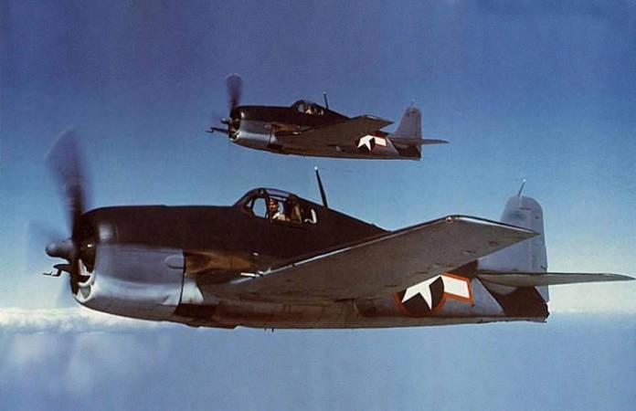Deux F6F Hellcat avec leur camouflage tricolore (bleu / bleu léger et insigne blanc)