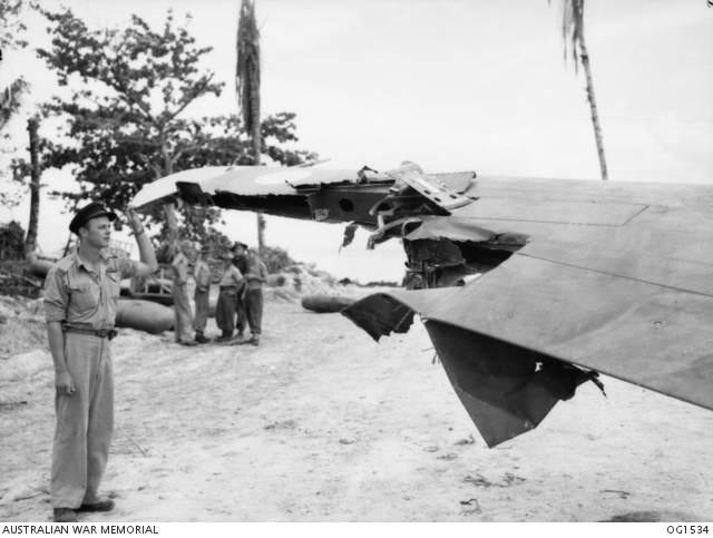 Kittyhawkdamaged - Preuve de sa solidité : En 1944, le Flying Officer T. R. Jacklin (en photo) a volé plus 322km après avoir perdu 25% de son aile ainsi qu'un aileron après s'être fait toucher par un obus d'artillerie