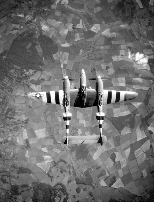 Lockheed F 5 Lightning - Un P38 survole la Normandie, avec ses bandes d'invasion
