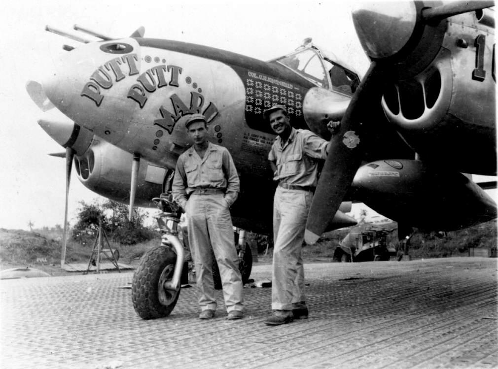 Plane 3 - Le Col. MacDonald et Al Nelson devant le P-38J de MacDonald