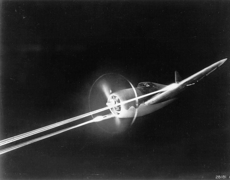 P 47 does night gunnery - Photo d'un P-47 faisant feu prise durant une attaque de nuit