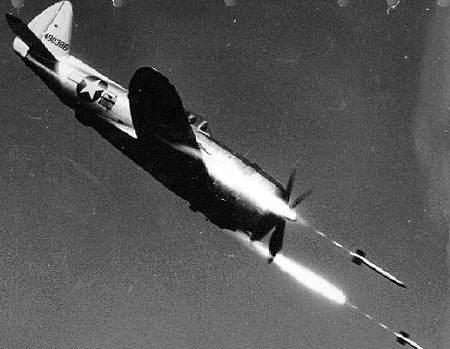 Republic P 47D 40 RE in flight firing rockets - Tir de roquettes d'un P-47D-40-RE