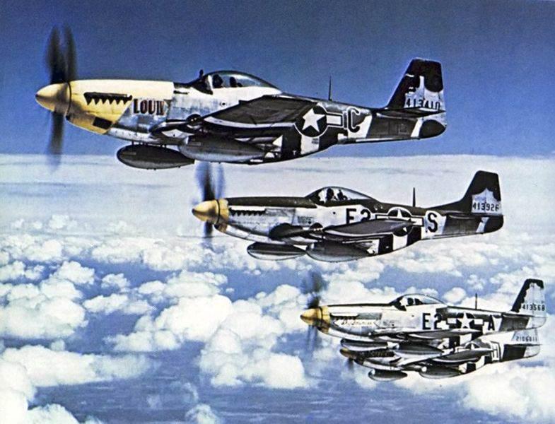 """Bott4 - """"The Bottisham Four"""" : Célèbre photo de 4 P-51 Mustang du 375th Fighter Squadron, 361st Fighter Group, prise le 26 juillet 1944"""