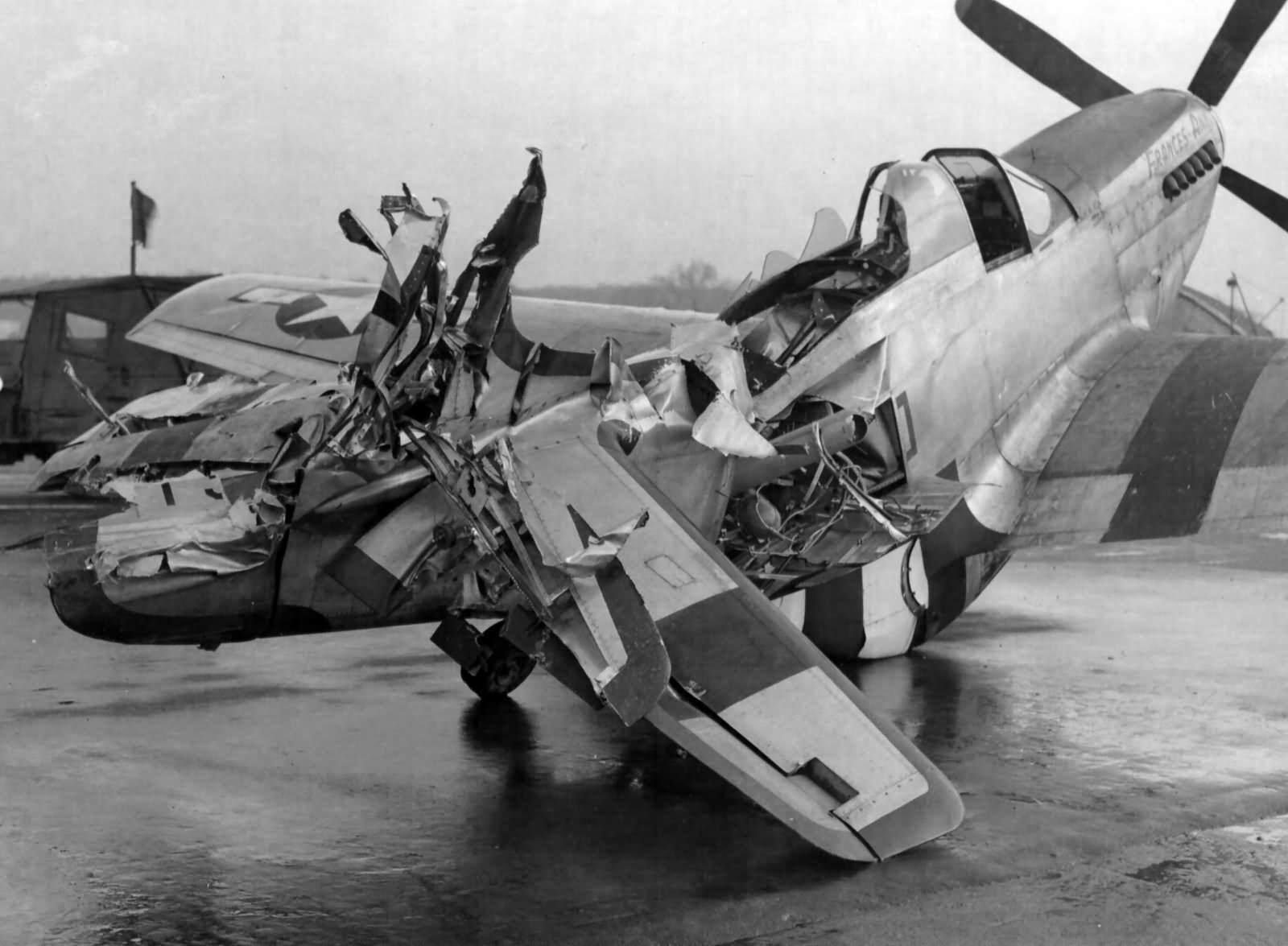 P 51 Mustang  8th AF 364 Fighter Group - Un P-51 Mustang bien endommagé du 8th AF 364 Fighter Group