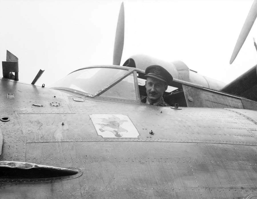 "Leonard birchall - Le Royal Canadian Air Force Squadron Leader Leonard Birchall, surnommé ""Saviour of Ceylon"", pris en photo juste avant de décoller et de se faire abbatre et captured par les Japonais, en 1942. Il arrivera tout de même à prévenir de l'attaque Japonaise sur les îles de Ceylon"