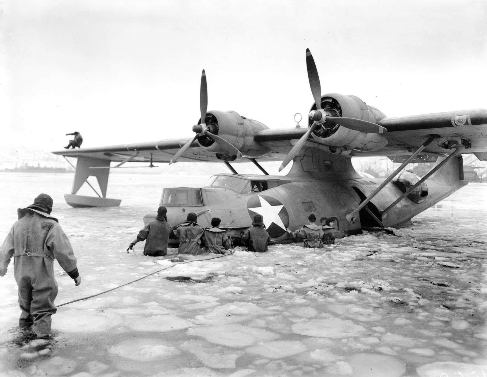 air catalina9 - Des membres de l'US NAVY tente de sortir de la glace d'Alaska un PBY-5A entre mai 1942 et janvier 1943
