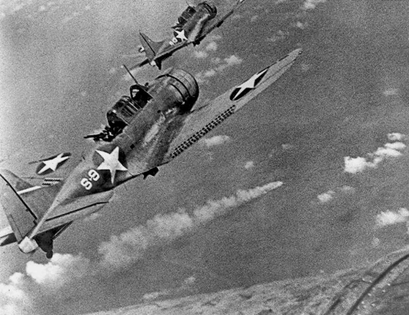 SBDs and Mikuma - Douglas SBD Dauntless de l'USS Hornet se préparant à plonger sur le croiseur japonais Mikuma en feu.