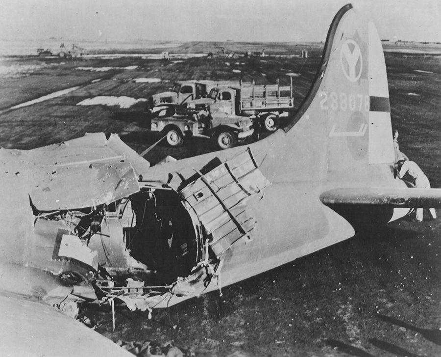 131221102821914944 - Un B-17 ayant reçu un coup direct le 21/09/1944 par la Flak en mission de bombardement à Debreczen (Hongrie). Il réussira à revenir à sa base en Italie, et sera même réparé et renvoyé en mission !