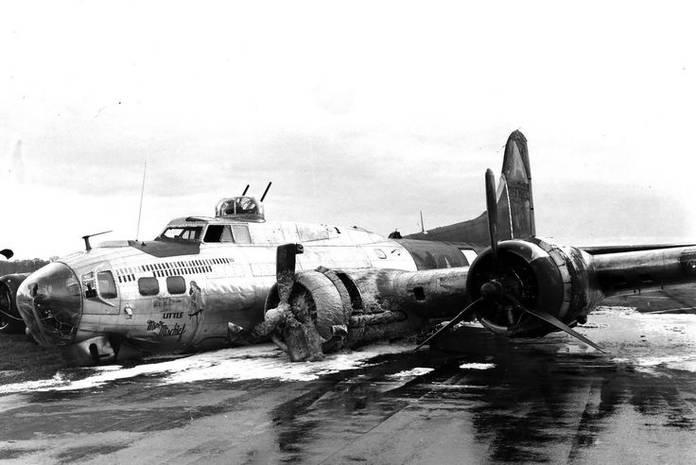 Le B-17 Little Miss Mischief après un atterrissage en urgence à Bassingbourn