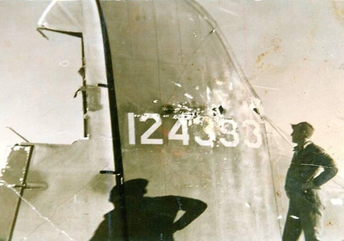 Le B-17 Eager Beaver bien endommagé au niveau de la queue