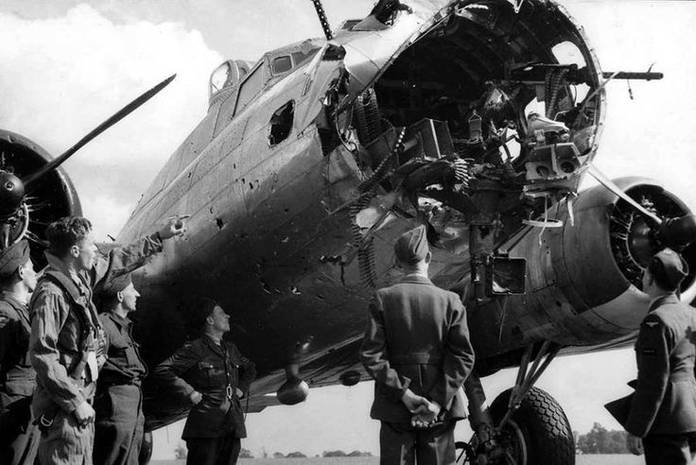 Un appareil du 379th Bomb Group avec le nez arraché