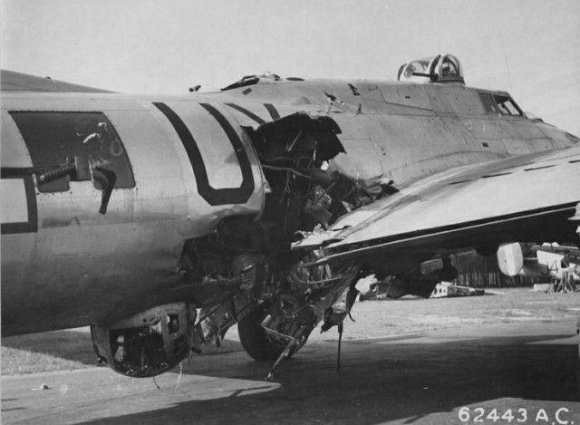 Ce B-17 arrivera à rentrer sans se briser en deux. Le tireur en fenêtre a été tué, ainsi que le tireur de bulle en dessous. L'opérateur radio, quand à lui, a été soufflé hors de l'appareil