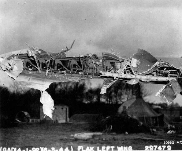 Le B-17 Belle of Liberty de la 8th Air Force endommagé le 6 mars 1944 lors d'une mission de bombardement d'usines en banlieue de Berlin. L'appareil fut réparé et remis en service
