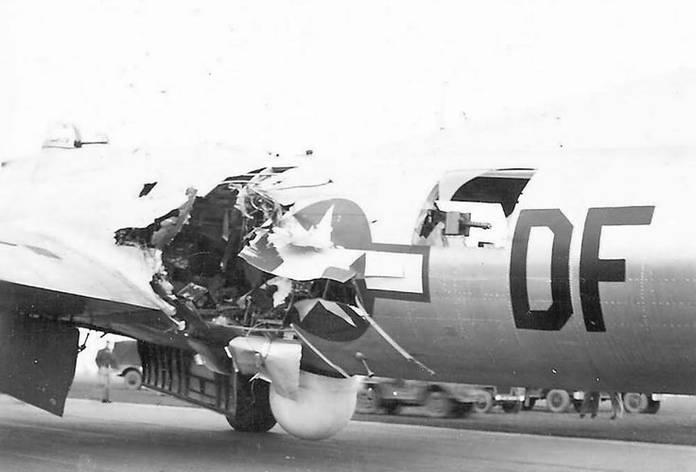 Un B-17 ayant reçu un coup direct de Flak