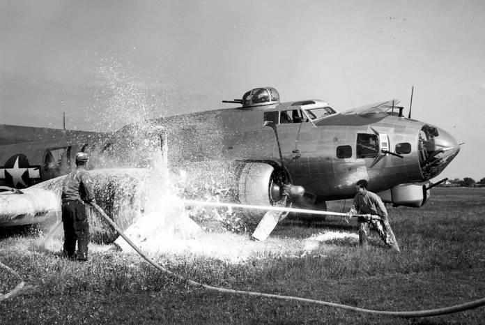 Extinction d'un moteur en feu sur un B-17G du 303rd Bomb Group ayant atterri en urgence en Angleterre, 1944