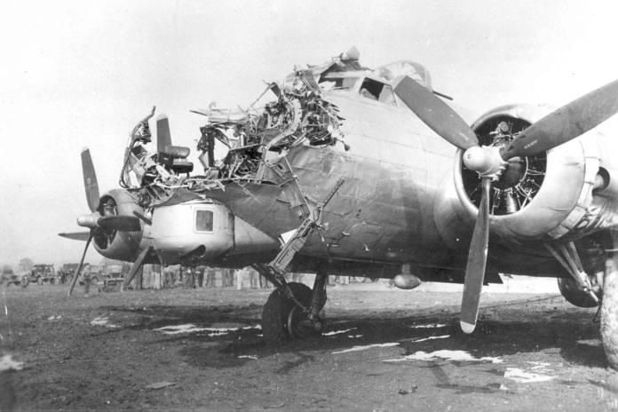 Un B-17G de la 8th Air Force endommagé lors d'une mission au dessus de Cologne, le 15 octobre 1944. Le bombardier a été tué lors de ce raid.