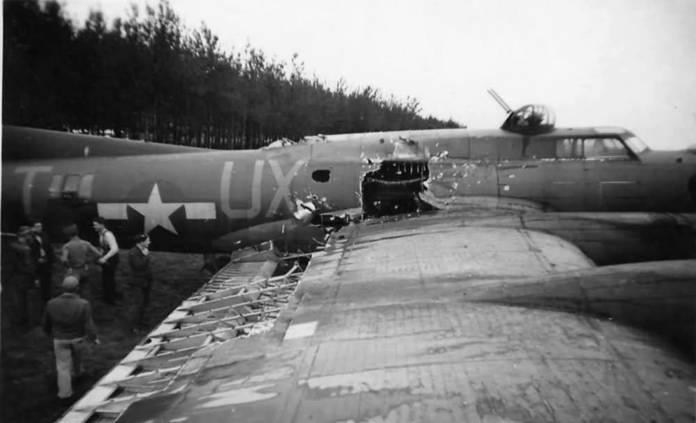 Le B-17G Snake Hip's ayant reçu un coup de Flak
