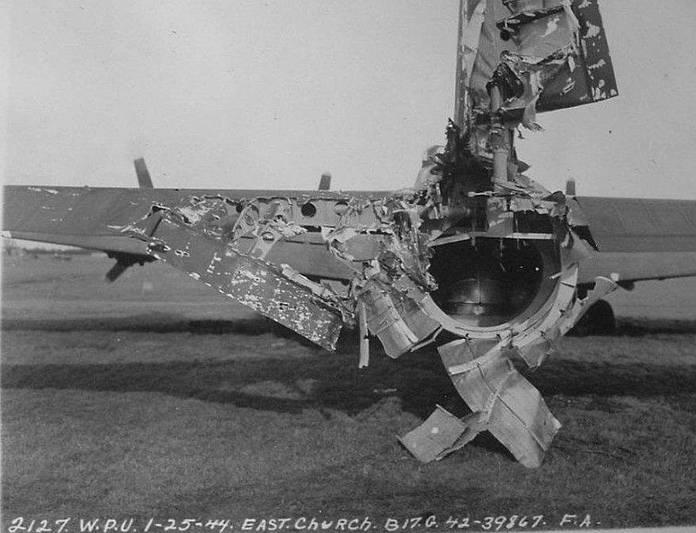 Le B-17 Hang the Expense III au retour d'une mission au dessus de Frankfurt (Allemagne) en 1944