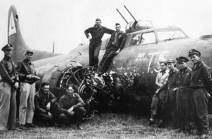 Un B-17 endommagé par une collision avec un Fw190 lors d'une attaque frontale