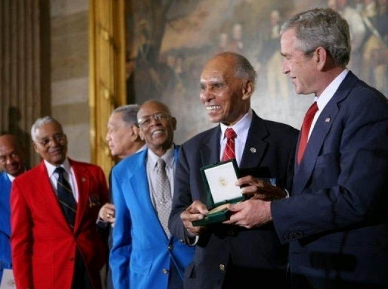"Gold Medal Presentation - Le 29 mars 2007, le président George W. Bush remet collectivement la ""Congressional Gold medal"" à 300 Tuskegee Airmen ou à leur veuves."