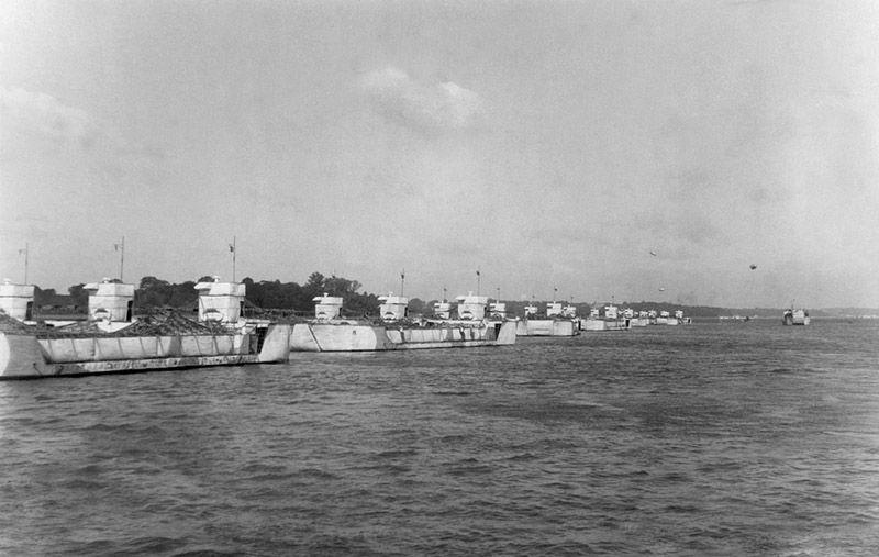 bigbobs - De faux bateaux alignés dans un port. Ces bateaux étaient livrés à la vitesse de 8 bateaux par jour environ