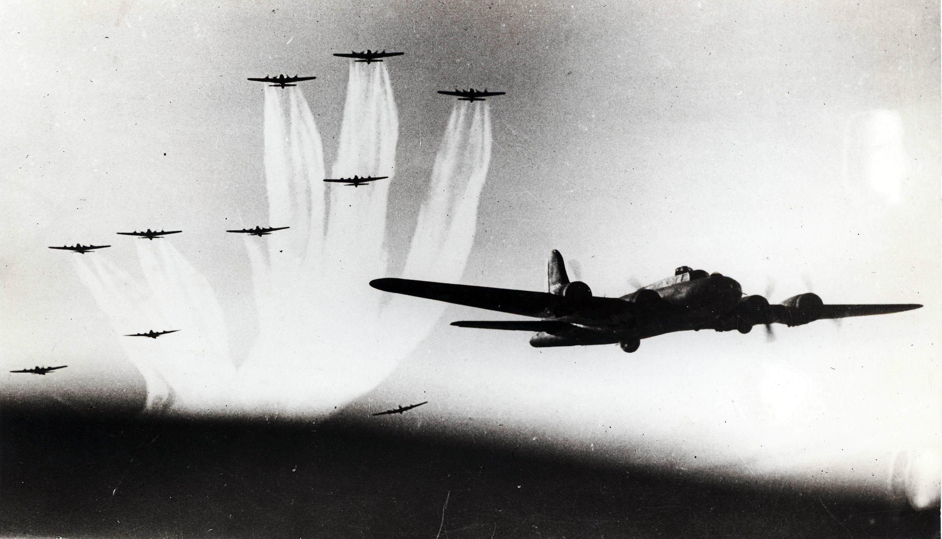 """2edit1 - Bombardiers de la """"Mighty eight"""" en formation"""