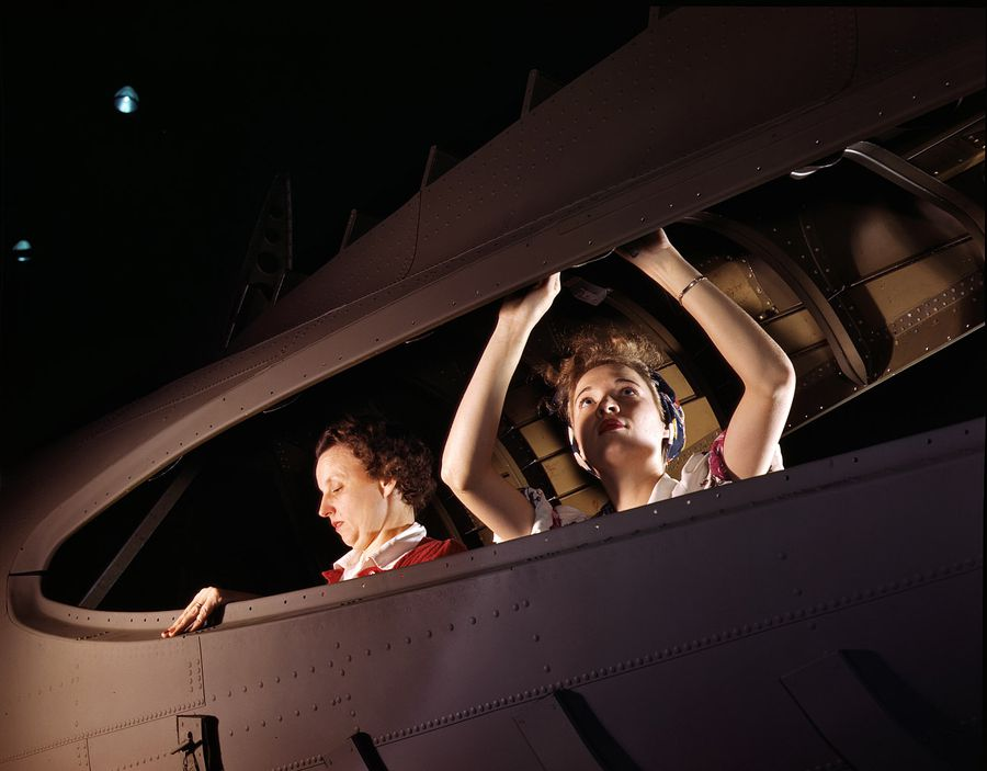 07 - Octobre 1942 : Mère et filles sont d'une grande aide pour fournir des avions de qualité à leurs hommes, se battant au front.