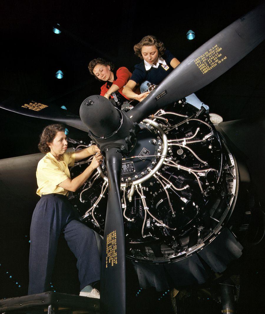10 - Octobre 1942 : Installation d'un moteur à l'entreprise Douglas Aircraft Company, Long Beach, Californie