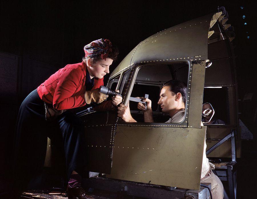 18 - Equipe rivetant le cockpit d'un C47 à l'entreprise North American Aviation.