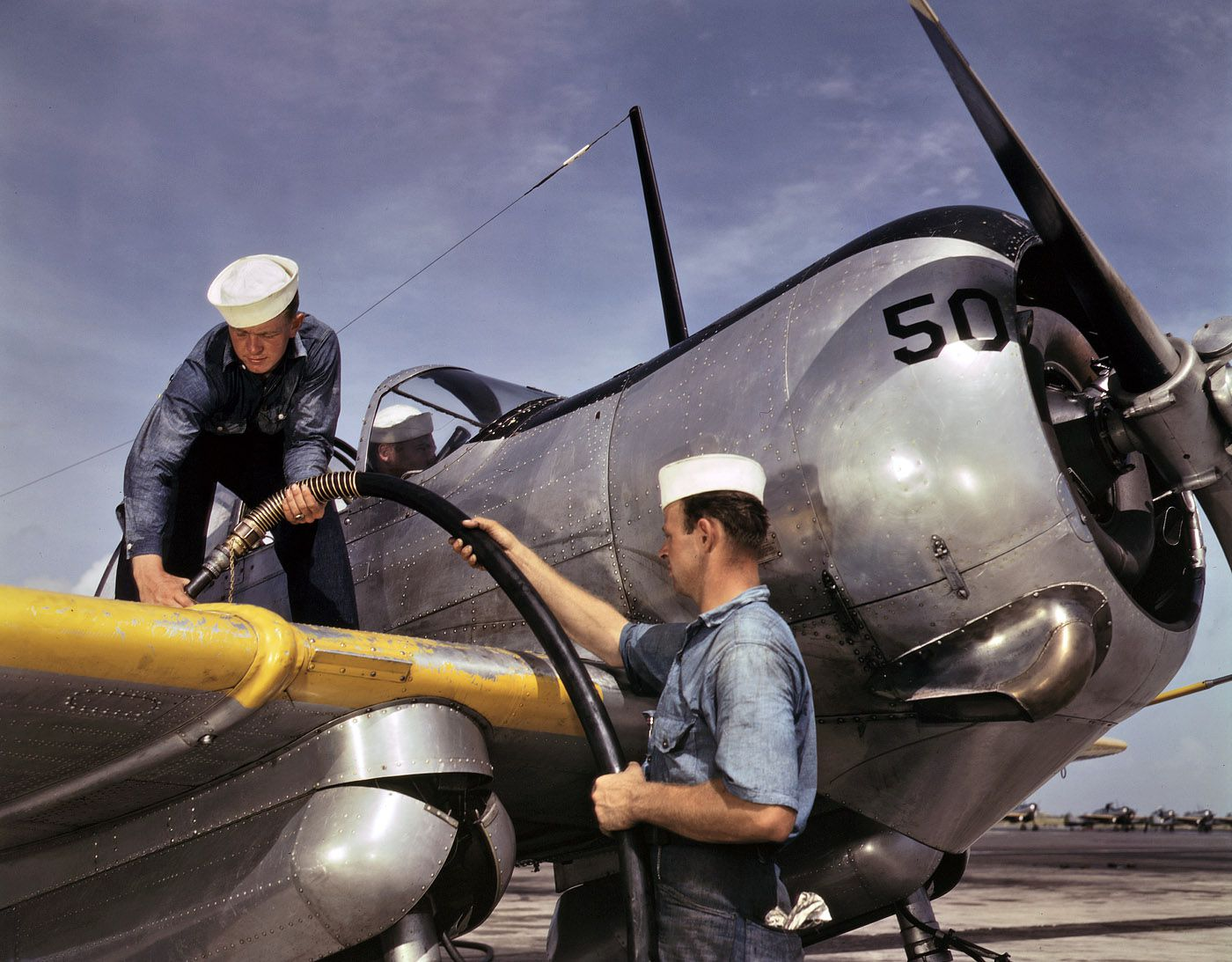 1a34909u - Août 1942 : On fait le plein à un avion d'apprentissage à la base navale de Corpus Christi, Texas