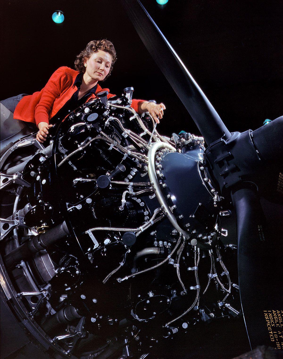1a35340 1u 0 - Octobre 1942 : Installation d'un moteur à l'entreprise Douglas Aircraft Company, Long Beach, Californie