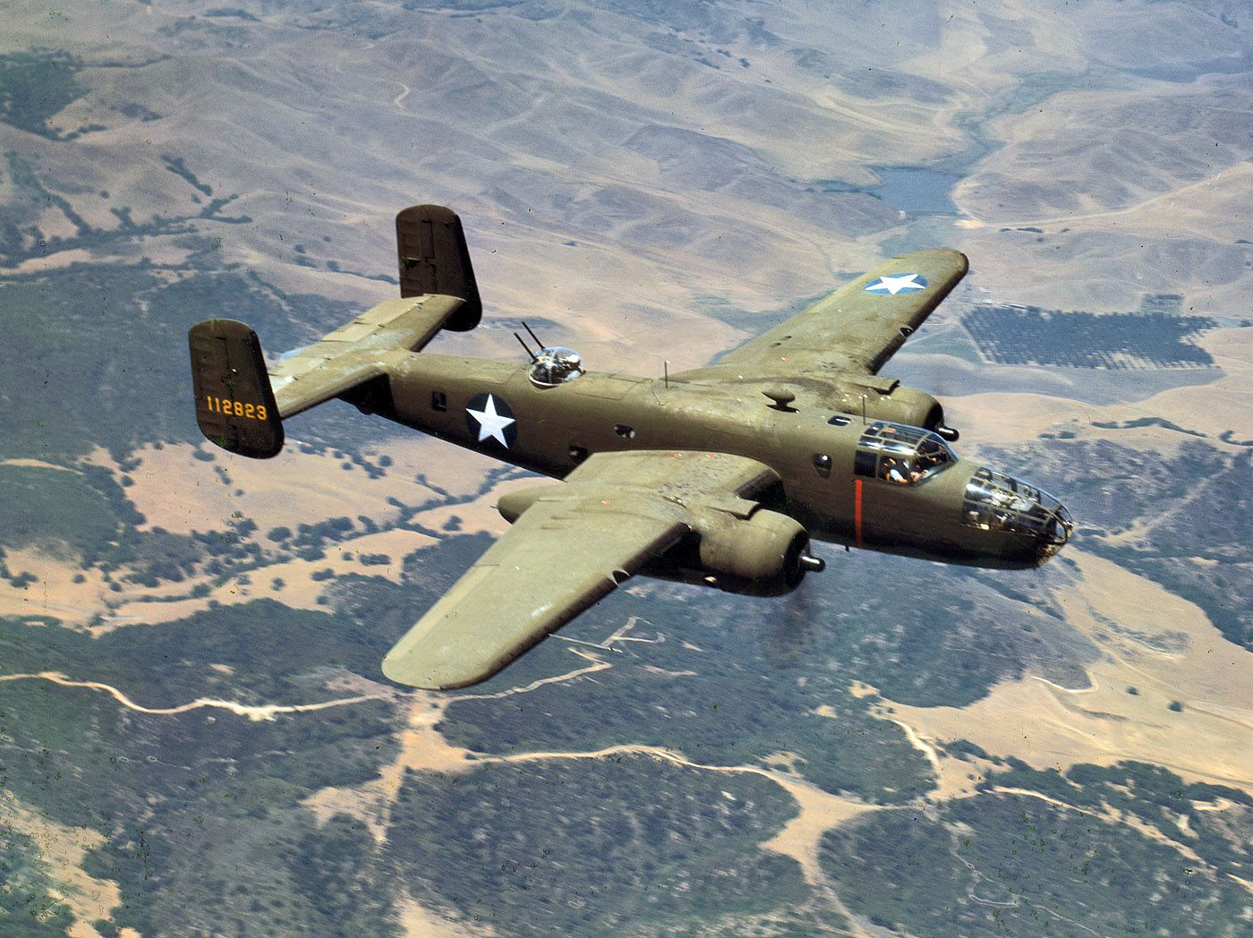 1a35397u1 - Octobre 1942 : Un bombardier North American B25 survol les montagnes d'Inglewoods, Californie.