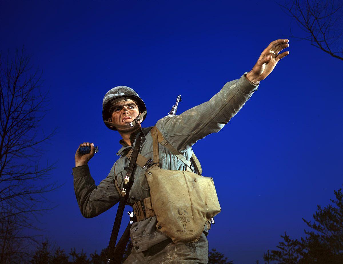 1a35465u - Novembre 1942 : Un jeune soldat s'entraîne au lancer de grenade.