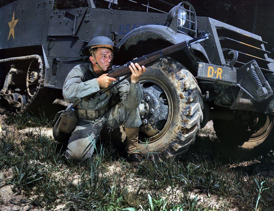 22 - Juin 1942 : Toujours à Fort Knox, un jeune soldat d'infanterie (équipé de l'ancien casque plat Américain) pose avec son fusil M1 Garand tout neuf