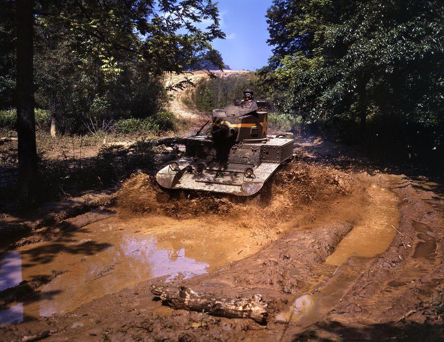 23 - Juin 1942 à Fort Knox : Un tank léger traverse un obstacle avec facilité