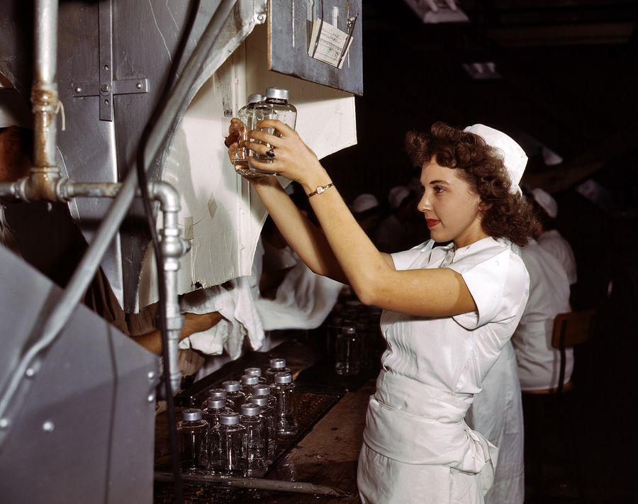 26 - Octobre 1942, Glennview, Illinois. Des bouteilles de transfusion par intraveineuse sont inspectées en vue d'être envoyées sur le front. Ces bouteilles sauveront des milliers de vie de soldats gravement blessés.