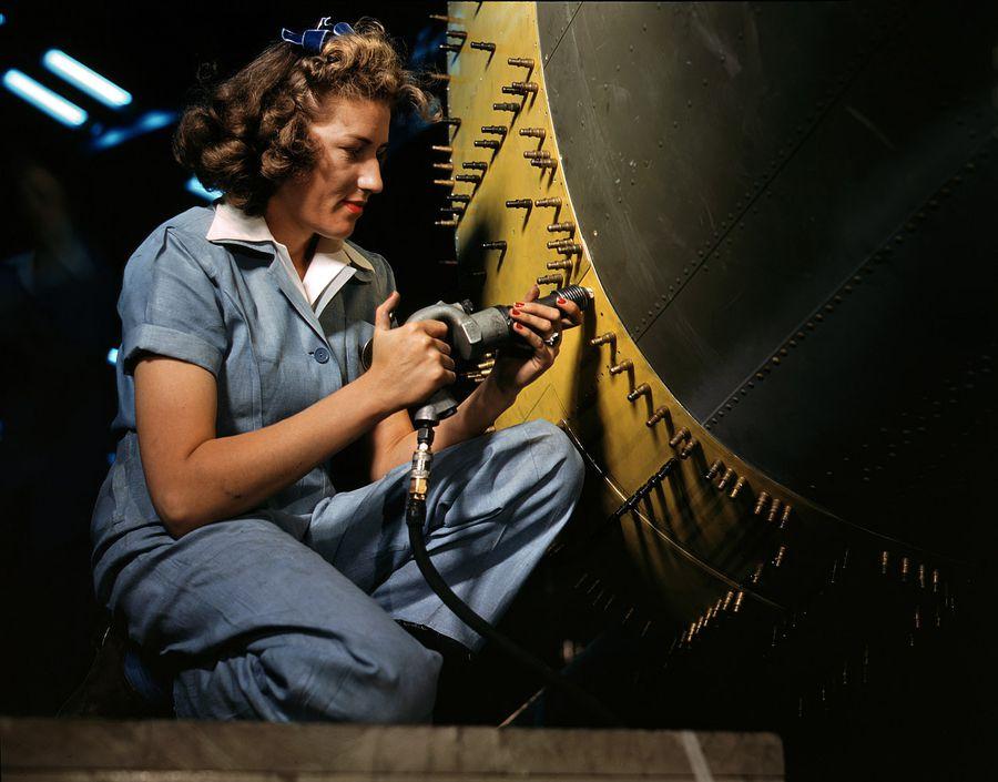 27 - Octobre 1942 : Une ouvrière en travail de rivetage à l'entreprise Consolidated Aircraft Factory de Fort Worth