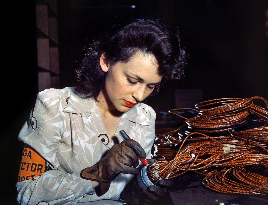 38 - Juin 1942, entreprise Lockheed Vega Aircraft à Burbank, Californie : Une séduisante ouvrière vérifie le bon assemblage de faisceaux électrique.